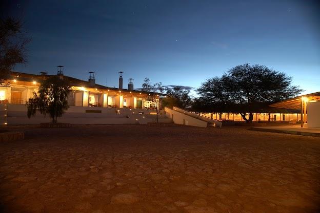 Vista exterior del Hotel en Atacama; respeto por el entorno