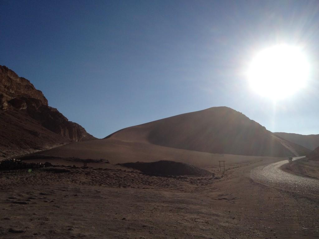 El Sol se pone sobre el paisaje Lunar de Atacama, Impresionante !