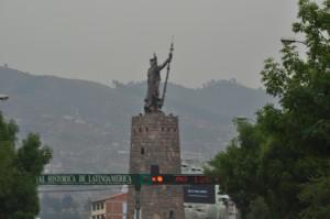 Estatua de Rey Inca a la entrada de Cuzco
