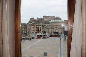 Vistas desde la habitación del teatro y el castillo de Edimburgo.