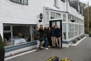 El grupo a la entrada del bonito hotel Airds.